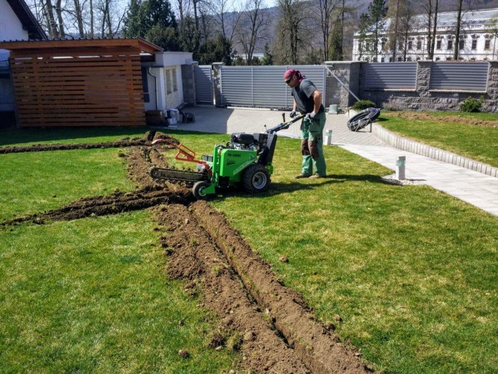 automatické zavlažovanie hĺbenie drážok na trávniku gardena